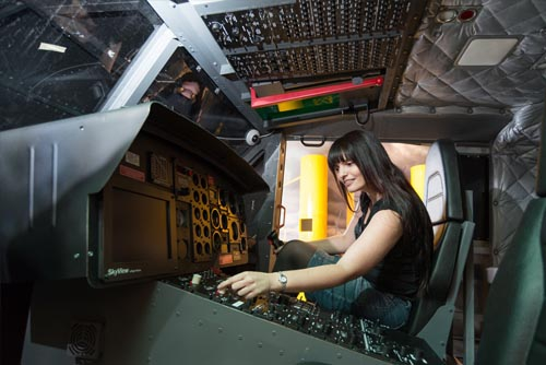 Pilot mit originalgetreuer Nachbildung eines Hubschraubers